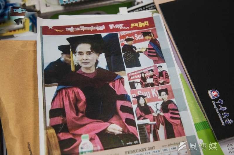 20190920-風傳媒專訪曾志朗,曾志郎拿出翁山蘇姬為師大校友的證據。(簡必丞攝)