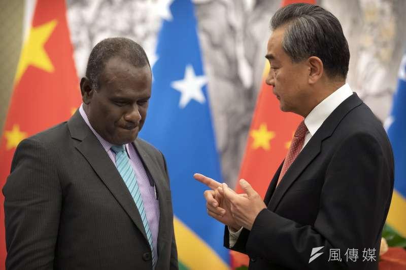 2019年9月21日,中國外長王毅與索羅門群島外長馬內列(Jeremiah Manele)在北京簽署建交公報。(AP)