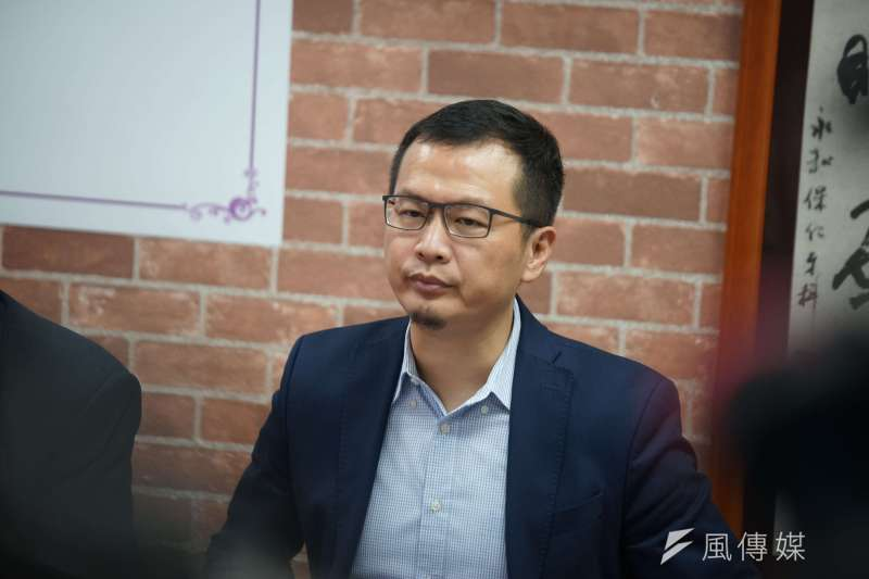 國民黨台北市議員羅智強(見圖)23日出席前副總統呂秀蓮主辦的「藍綠對談斷交海嘯,如何因應」座談會,並在會後幫她簽下總統連署書。(盧逸峰攝)