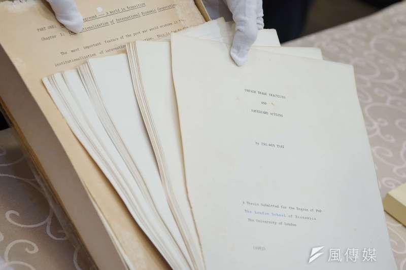 20190923-總統府召開記者會說明總統博士論文議題,圖為總統蔡英文博士論文本體。(盧逸峰攝)