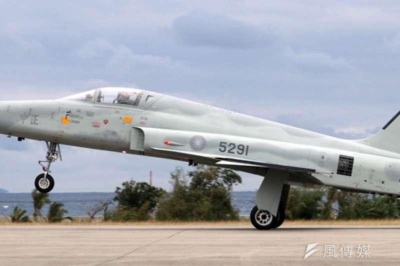 空軍29日傳出戰機F-5E失事意外,飛行員朱冠甍上尉雖然跳傘逃生,但仍不幸殉職。(資料照,蘇仲泓攝)