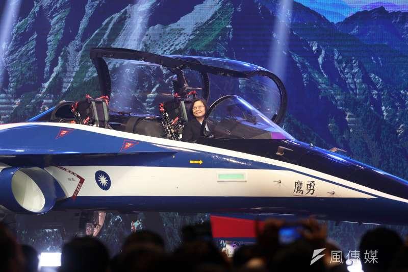 被視為「國機國造」代表成果之一的新式高級教練機,首架24日上午在台中漢翔沙鹿廠區正式亮相。總統蔡英文親臨主持。(蘇仲泓攝)