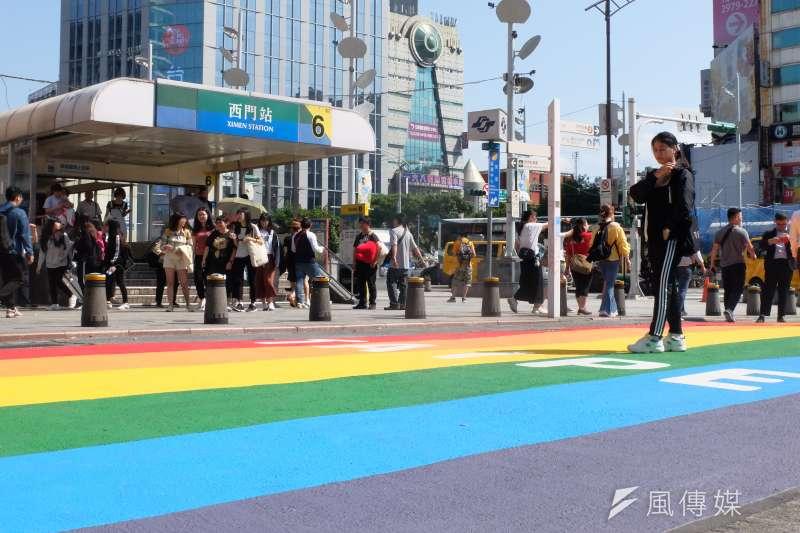 台北市西門町徒步區25日出現大片「彩虹馬路」,代表性別友善之6色彩虹寫著大大的「TAIPEI」,鋪滿捷運西門站6號出口外。(謝孟穎攝)