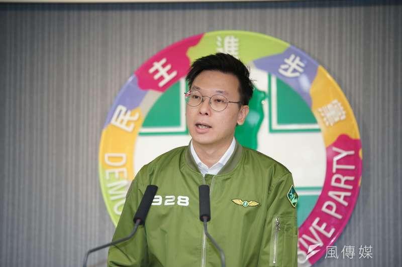 民進黨副秘書長林飛帆表示,「社會同行世代共贏」決議文有3大核心精神。(盧逸峰攝)