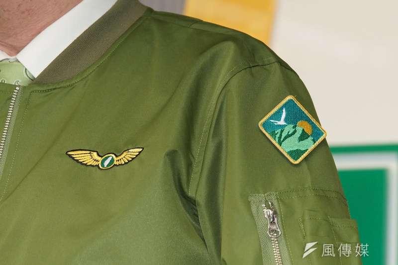 20190925-民進黨中常會後記者會,展示為33週年黨慶設計的外套徽章。(盧逸峰攝)