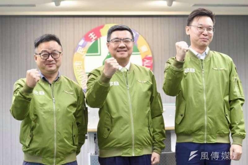 民進黨主席卓榮泰(中)、秘書長羅文嘉(左)、副秘書長林飛帆(右)25日在常會後記者會,發布一款供黨公職今年選戰使用、前有928字樣的綠色飛行夾克戰袍。(取自卓榮泰臉書)