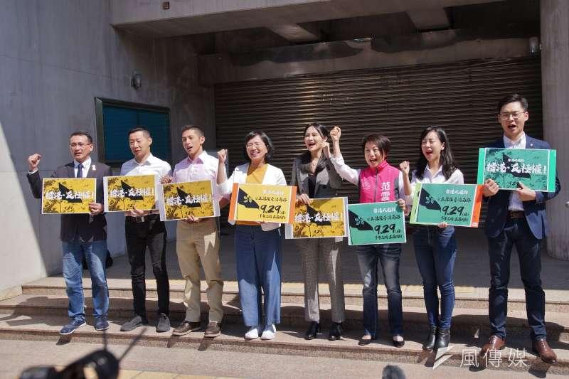 香港邊城青年、台灣學生聯合會25日在立法院群賢樓外,舉行「撐香港、反極權,929全民站出來」記者會,並邀請跨黨派立委與立委參選人與會。(盧逸峰攝)