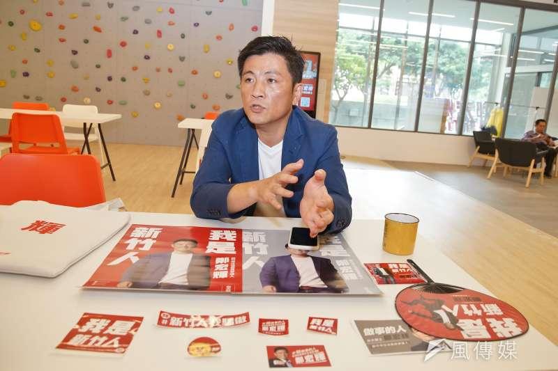 20190926-民進黨新竹市立委參選人鄭宏輝接受《風傳媒》採訪,並展示競選小物。(盧逸峰攝)