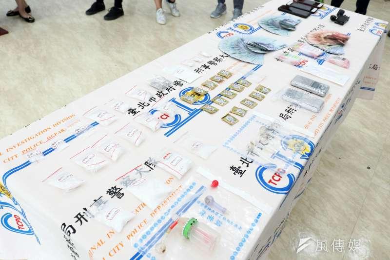 台北市警察局刑事警察大隊偵八隊、偵七隊26日召開記者會,宣布逮捕藥頭,並查獲一級毒品海洛因、二級毒品安非他命、大麻等毒品。(蘇仲泓攝)