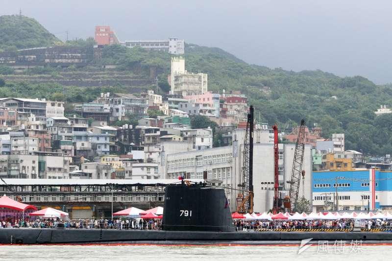 20190928-海軍基隆港營區開放,艦齡超過70年的茄比級「海獅軍艦」吸引民眾參觀。(蘇仲泓攝)
