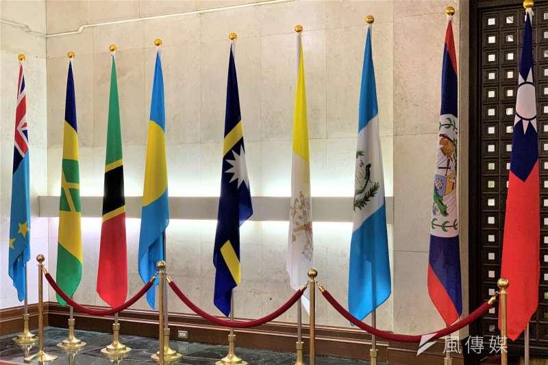 外交部大廳邦交國旗幟,包括帛琉(左4)和諾魯(左5)國旗(簡恒宇攝)
