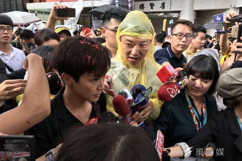 20190929-參加「929台港大遊行—撐港反極權」的香港歌手何韻詩,在接受媒體訪問時被民眾潑紅漆。(黃信維攝)
