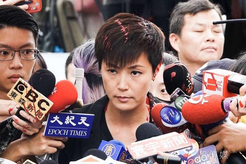 參加「929台港大遊行—撐港反極權」的香港歌手何韻詩,在接受媒體訪問時被民眾潑紅漆。(簡必丞攝)