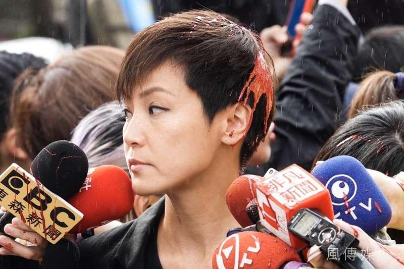 20190929-參加「929台港大遊行—撐港反極權」的香港歌手何韻詩,在接受媒體訪問時被民眾潑紅漆。(簡必丞攝)