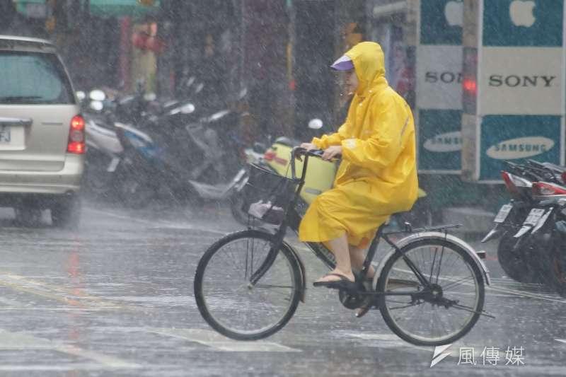 米塔颱風來襲。腳踏車騎士冒雨騎行。(盧逸峰攝)