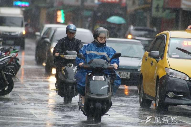 位在菲律賓東方海面的熱帶性低氣壓,有可能生成第4號颱風「哈格比」,外圍環流恐將影響台灣。示意圖。(資料照,盧逸峰攝)