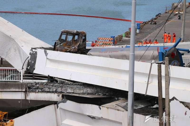 20191001-宜蘭南方澳跨海大橋1日上午坍塌,一輛油罐車正經過橋上,就在即將通過時橋面崩塌,油罐車隨之墜落碼頭。(顏麟宇攝)