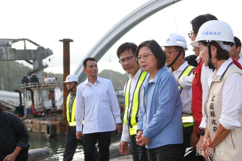 南方澳跨港大橋坍塌,總統蔡英文、交通部長林佳龍、宜蘭縣長林姿妙至現場視察。(顏麟宇攝)
