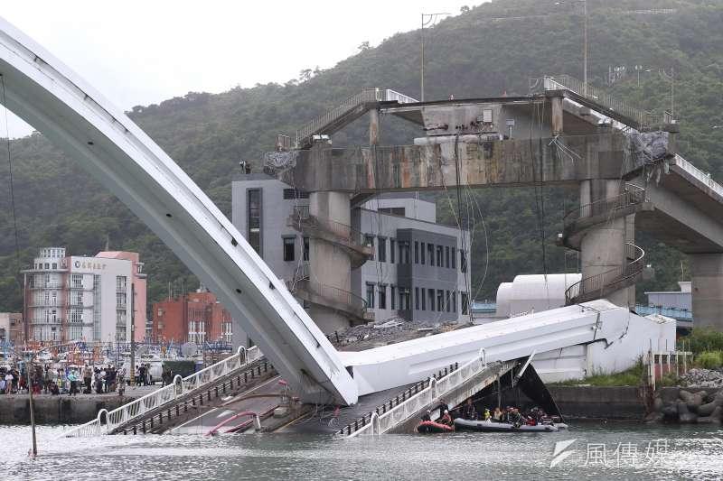 宜蘭南方澳跨港大橋1日上午驚傳坍塌,國震中心顧問張國鎮分析,可能和拉著橋面的鋼索有關,且該橋為「雙叉式單拱橋」,穩定度確實較差。(顏麟宇攝)