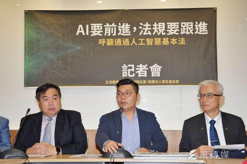 立委許毓仁(中)1日主辦「AI要向前,法規要跟進」 記者會,聯合國世衛國際醫療資訊協會會長李友專(左)、台灣人工智慧發展協會理事長(右)謝邦昌一同出席。(盧逸峰攝)