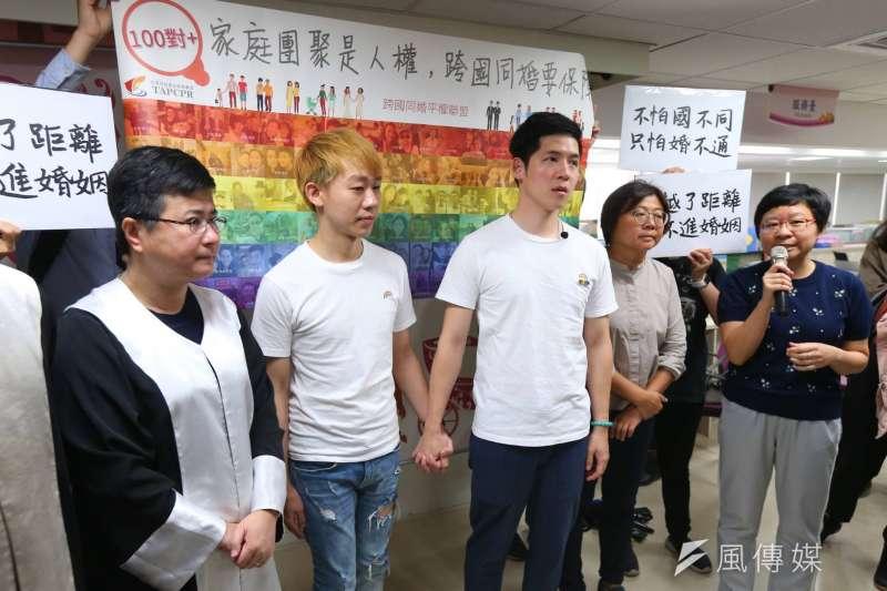 伴侶盟日長期推動婚姻平權,今(1)日陪伴跨國同性伴侶古與信奇至中正戶政事務所再次申請登記。(顏麟宇攝)