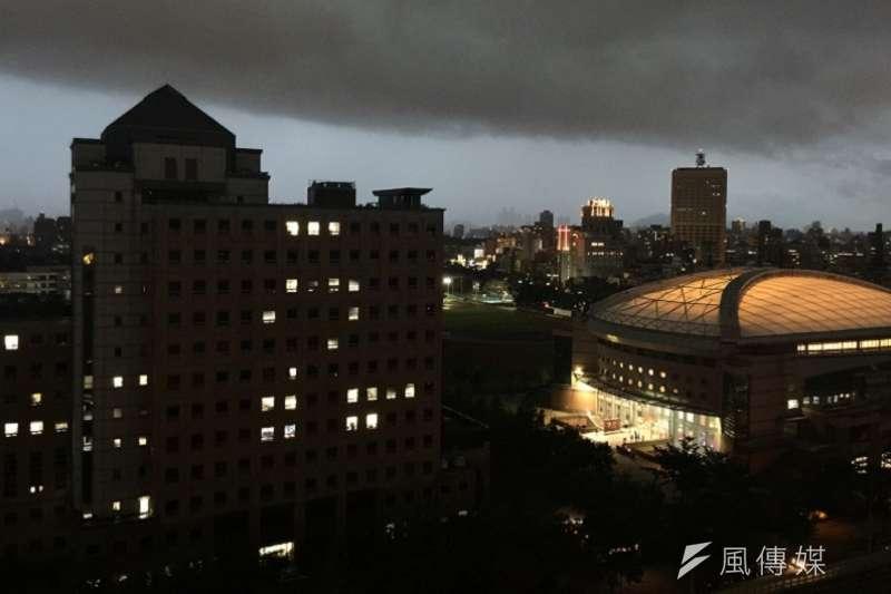 圖為台大校夜景。(風傳媒)