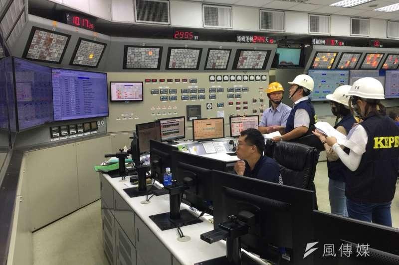 環保局派員進入興達電廠查核。(圖/徐炳文攝)
