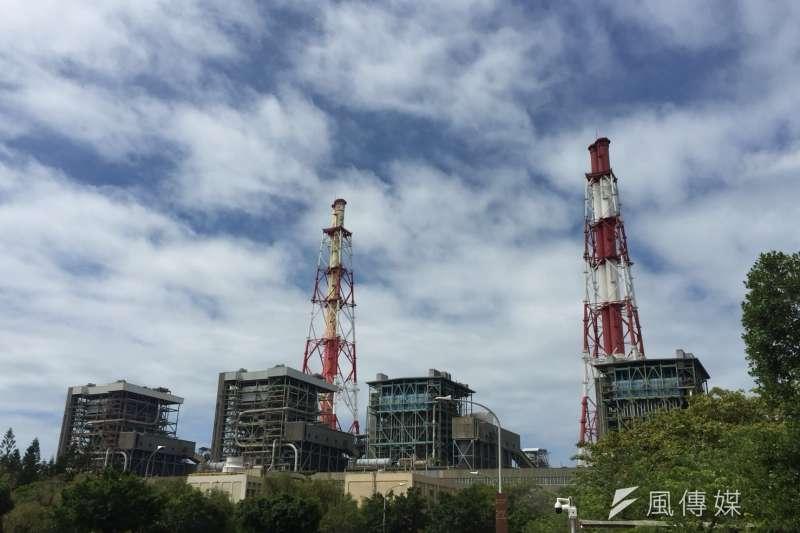 作者指出,蔡政府大力推動綠能建設的初衷就是為了取代核電,何嘗是為了取代一度煤電?圖為興達電廠。(資料照,徐炳文攝)