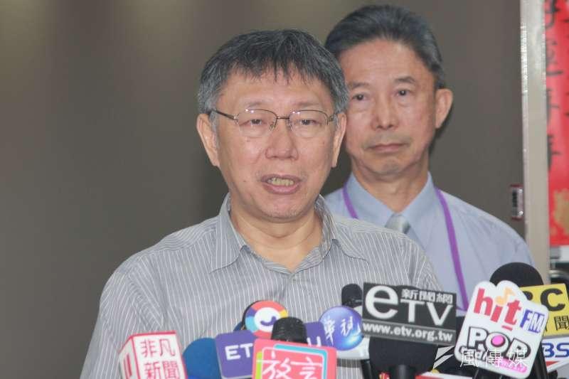 台北市長柯文哲(見圖)2日上午在台北市政府受訪時,針對晚間要與鴻海創辦人郭台銘、民眾黨立委參選人合拍定裝照一事回應。(方炳超攝)