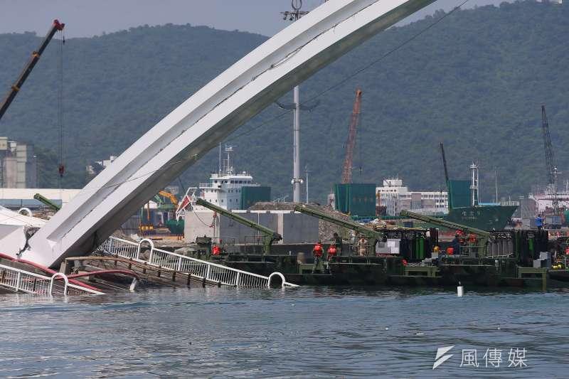 20191003-南方澳跨港大橋坍塌第三日,國軍3日出動M3浮門橋於現場支援。(顏麟宇攝)