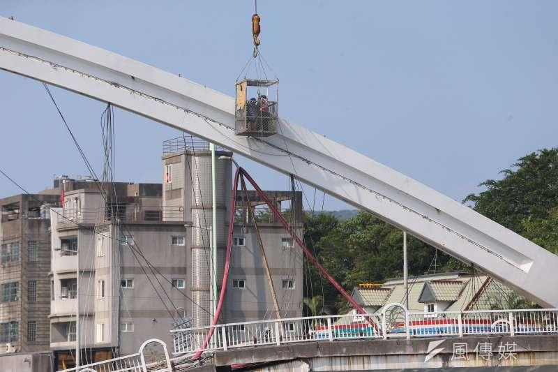 20191003-南方澳跨港大橋坍塌第三日,工程人員3日於拱形橋體進行監測。(顏麟宇攝)
