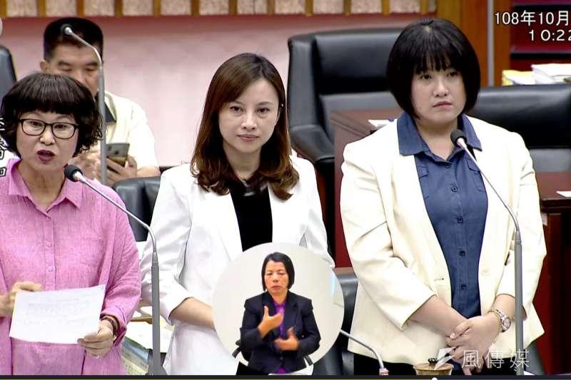 民進黨高雄市議員李喬如(左)、李雅慧(中)、鄭孟洳(右)向青年局長林鼎超提出聯合質詢。(圖/高雄市議會民進黨團提供)