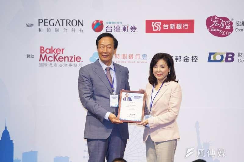 玉山科技協會理事長李紀珠(右)出席玉山科技協會2019年會,她表示,美中貿易戰以來,科技已經逐漸成為國家之間競爭時所使用的武器。(盧逸峰攝)