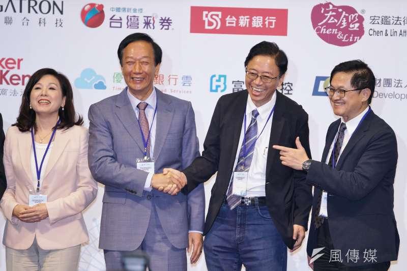 鴻海創辦人郭台銘(左)、韓國瑜國政顧問團總召張善政(右)今(3)日同台出席玉山科技協會年會並握手合影。右為和碩聯合科技董事長童子賢。(盧逸峰攝)