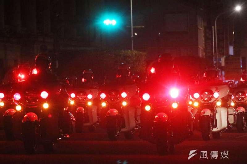 20191003-前身為「憲兵機車連」的憲兵202指揮部「快速反應連」,在午夜的府前廣場為國慶操演持續操兵。(蘇仲泓攝)