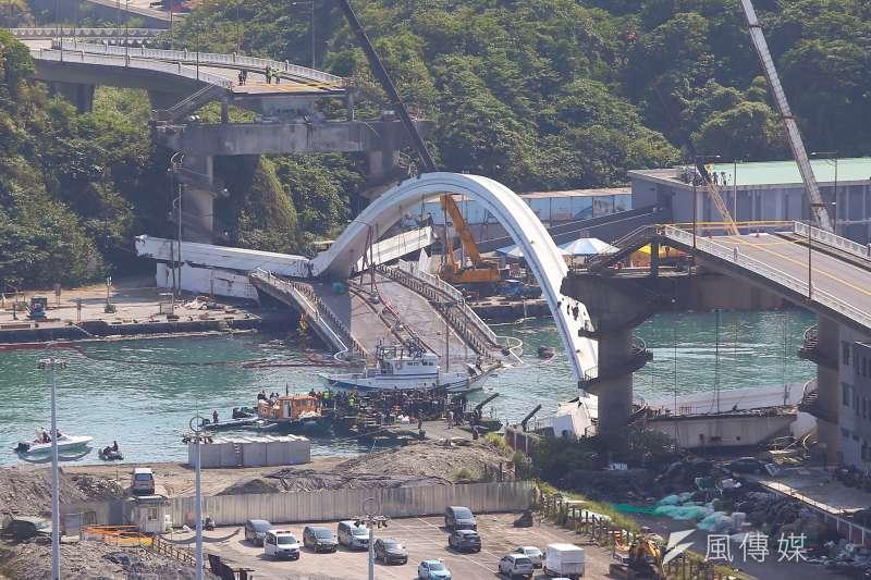 南方澳跨港大橋1日發生坍塌意外,台灣港務公司13日表示,將於晚間開始第2階段的橋面板拆除作業。(資料照,顏麟宇攝)