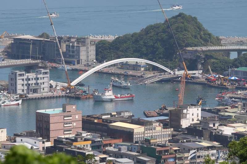 南方澳跨港大橋坍塌進日第3日,國軍順利於3日午前開通臨時河道供漁船通行。(顏麟宇攝)