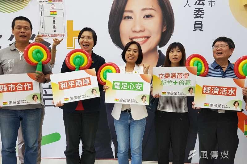 國會黨新竹市立委候選人廖蓓瑩(中)競選服務處4日正式開幕。(圖/方詠騰攝)