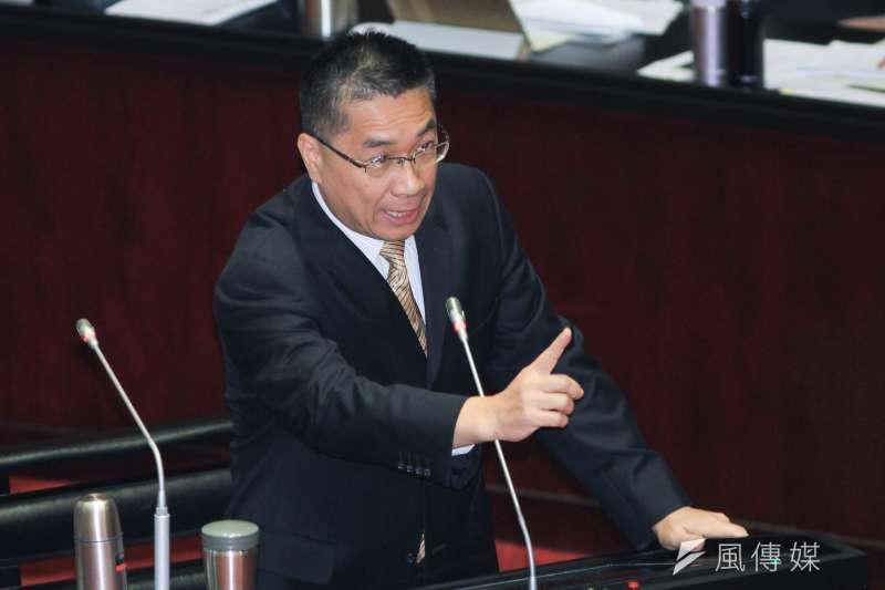 香港4日通過《禁蒙面法》,立法院長蘇嘉全痛批根本是戒嚴,但也被媒體質疑是在打臉內政部長徐國勇(見圖)。(蔡親傑攝)
