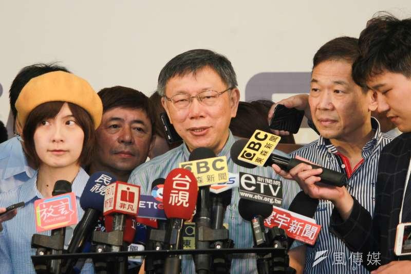 台北市長柯文哲上午前往花博爭豔館,出席重陽敬老「老歌派對桌遊趴」活動,並簡短受訪。(方炳超攝)