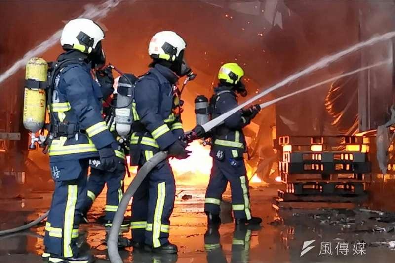 台中市大雅區鐵皮工廠大火造成2名消防員殉職,引發各界對消防法修法的討論。(中市消防局提供)