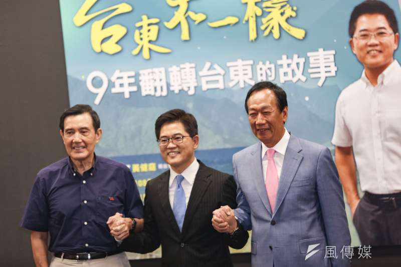 20191006-鴻海創辦人郭台銘(右)與前總統馬英九(左)6日出席長風基金會前台東縣長黃健庭(中)專題演講活動。(簡必丞攝)