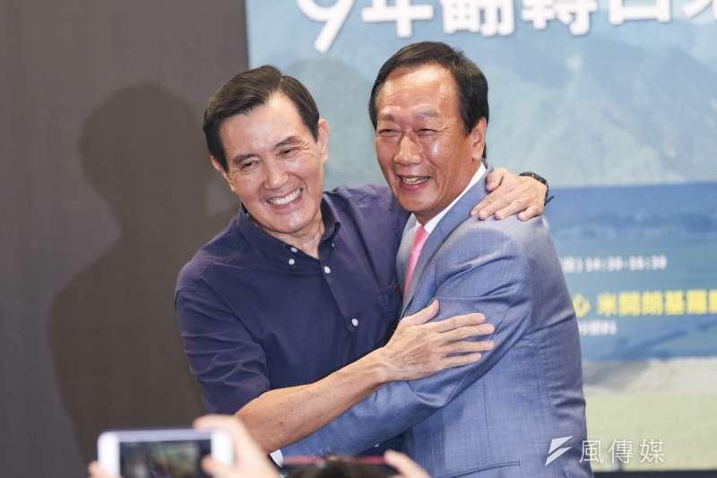 鴻海創辦人郭台銘(右)與前總統馬英九(左)6日出席長風基金會前台東縣長黃健庭專題演講活動。(簡必丞攝)