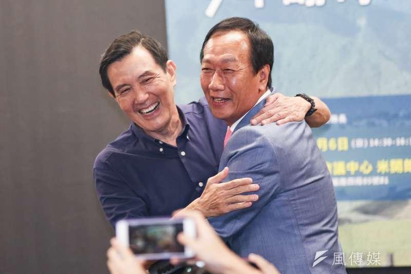 鴻海創辦人郭台銘(右)與前總統馬英九(左)一抱,韓粉出征,讓馬辦發出嚴詞聲明。(簡必丞攝)