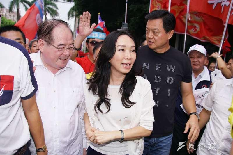 國民黨總統參選人韓國瑜的夫人李佳芬(中)6日以「新北媳婦」的身分回家,首站就到韓國瑜的中和老家,一整天9個行程都在新北市。(盧逸峰攝)