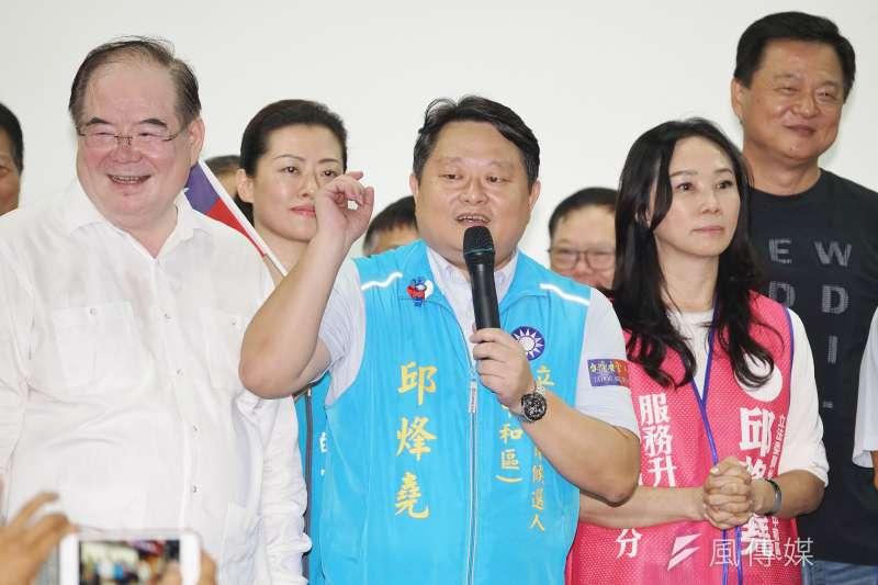 20191006-李佳芬(右)為新北立委參選人邱烽堯(中)輔選。(盧逸峰攝)