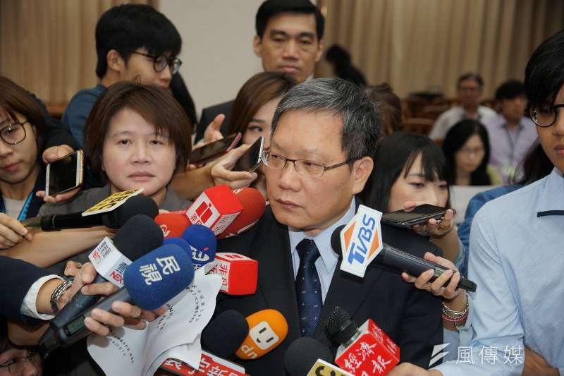 財政部長蘇建榮7日於財政委員會備詢,會前接受聯訪。(盧逸峰攝)