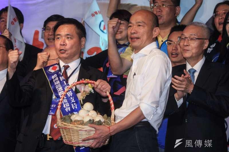 曾擔任高雄市長韓國瑜(右二)後援會總會長的工商建設研究會理事長郭國聖(左),13日辭去和進電子獨立董事職務。(資料照,蔡親傑攝)