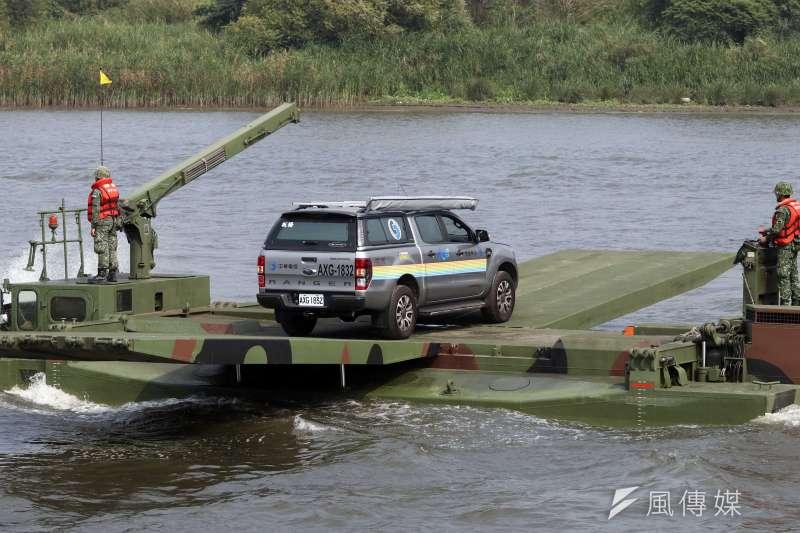 20191008-M3浮門橋車因具備水上浮游能力,更能以多輛併聯方式提供數十噸重的運載能力,已成為國內執行災害救援時的重要利器。圖為M3浮門橋車參與災防演練,載運中華電信車輛挺進災區。(蘇仲泓攝)