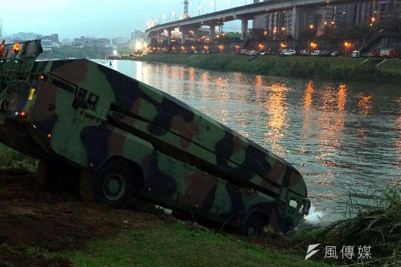 20191008-M3浮門橋車近年已成為國軍投入大型水域災害的救援利器,包括2015年2月所發生的復興航空基隆河空難,都能見到此車下水救援的身影。(蘇仲泓攝)